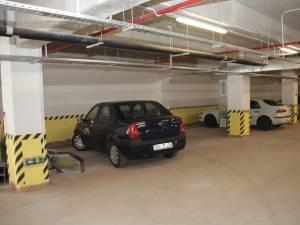 Municipalitatea vrea să-i determine pe şoferi să folosească locurile gratuite din parcarea subterană