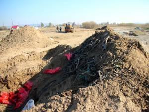 Deşeuri de anvelope şi curele uzate au fost îngropate pe malul râului Suceava