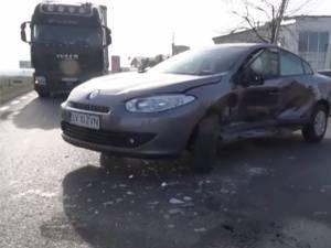 Constantin Huţupaş, susţin poliţiştii, a ieşit cu un Renault din parcarea instituţiei, fără să se asigure, izbind un autoturism VW Golf
