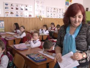 Profesorii din aproximativ 200 de şcoli din judeţ vor intra la clasă purtând banderole albe în jurul braţului