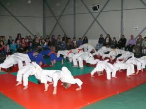 Practicanţii de judo au făcut şi o mică demonstraţie la Fălticeni