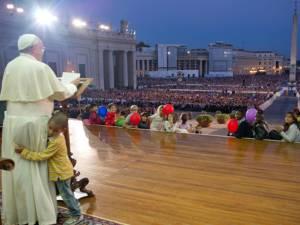 Un băieţel în galben s-a împrietenit cu Papa Francisc la un eveniment dedicat familiei, la Vatican
