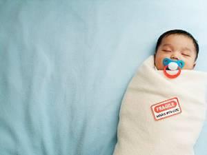 Tehnica de înfăşare este folosită pentru calmarea copilului şi prevenirea plânsului. Foto: CORBIS