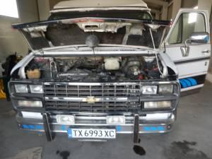 La un control amănunțit efectuat de lucrătorii Biroului Vamal Siret s-a descoperit că mașina era modificată pentru a transporta carburant