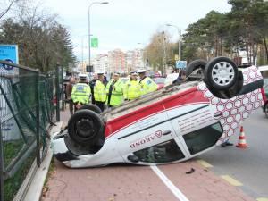 Autoturismul Dacia Logan a încălecat bordura, s-a lovit de gardul spitalului şi s-a răsturnat pe trotuar