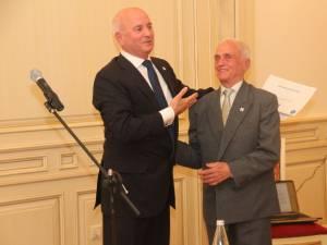 Dumitru Popescu îi oferă diploma de onoare fostului director Iulian Papuc