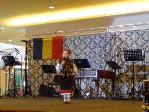 Spectacol folcloric la Iulius Mall cu elevi de la Palatul Copiilor