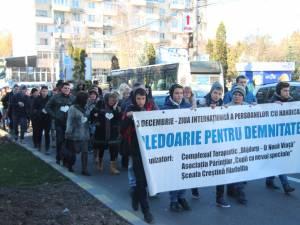 """Sute de persoane au participat ieri la Marşul """"Pledoarie pentru demnitate"""""""