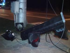 Unul dintre semafoarele distruse