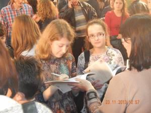 Iasmina Răceanu, dând autografe pe volumul la care a contribuit, la Târgul Gaudeamus