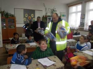 Cadouri de Moș Nicolae de la primarul de Șcheia pentru toți elevii din comună