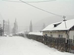 Stratul de zăpadă atinge deja câţiva centimetri în zona de munte a judeţului Suceava