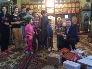 Alexandru Horga, elev din Gura Humorului, alături de copiii din Podu Coşnei