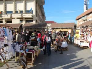 Târgul de Crăciun din centrul Sucevei s-a deschis ieri
