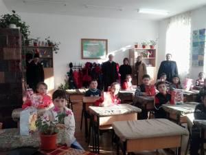 """Cadouri pentru preşcolari şi elevi din Ilişeşti, din partea Bisericii """"Adormirea Maicii Domnului"""""""