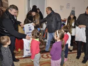 Copiii primind cadouri de la deputatul PDL Ioan Balan