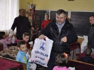 Cei aproximativ 300 de copii de la Şcoala cu clasele I-IV din comuna Adâncata au primit daruri de la deputatul PDL Ioan Balan