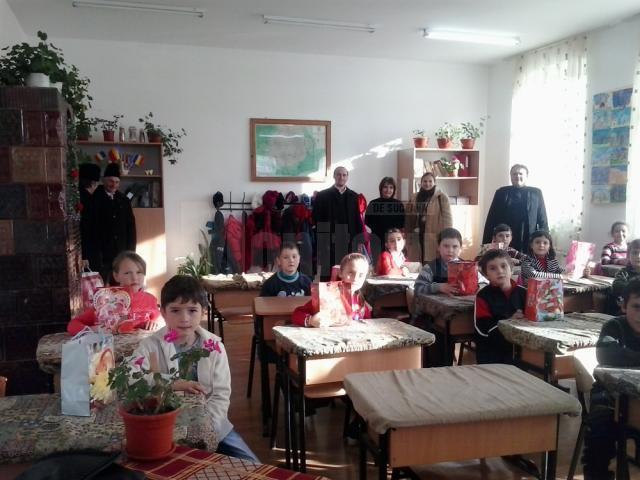 Cadouri pentru preşcolari şi elevi din Ilişeşti