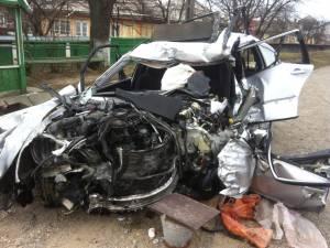 Autoturismul marca Mercedes şi tirul au rămas abandonate de câteva zile