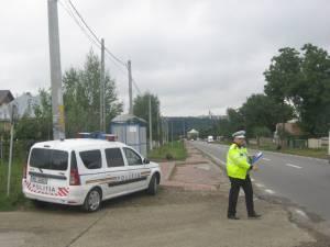 Poliţiştii Postului Șerbăuți au fost nevoiţi să-l încătuşeze pe şoferul recalcitrant