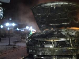 O maşină a luat foc în trafic, în municipiul Suceava