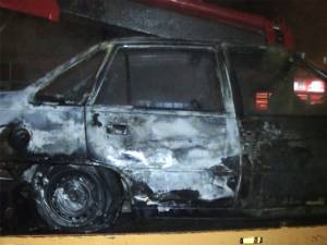 O maşină a ars ca o torţă în trafic, pe Calea Burdujeni