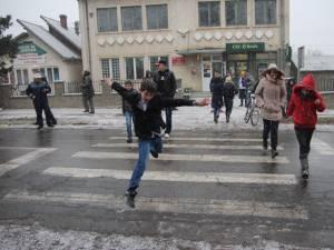 Pe trecerea de pietoni pe care s-a produs accidentul traversează foarte mulţi elevi