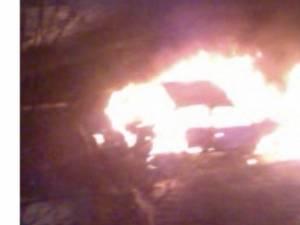 Autoturismul cuprins de flăcări de pe Calea Bucovinei, din municipiul Sucveava