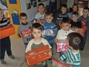 """Preşcolarii de la Grădiniţa cu Program Normal """"Ţăndărică"""" Suceava au predat centrelor de colectare 90 de cadouri"""