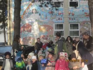 Preşcolarii de la Grădiniţa Cei 7 Pitici le-au oferit daruri mamelor, copiilor şi viitoarelor mămici de la Centrul Maternal Suceava