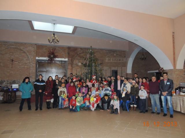 """Zeci de copii din Câmpulung Moldovenesc au primit cadouri în cadrul campanie """"Şi tu poţi fi Moş Crăciun"""""""