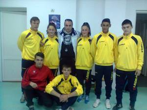 Antrenorul Bogdan Roșcăneanu alături de atleții săi de la CSȘ Rădăuți
