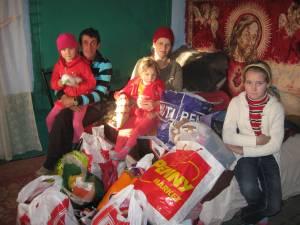"""Daruri pentru familia Penciuc, din partea elevilor clasei a XI-a B de la Colegiul """"Dimitrie Cantemir"""" Suceava"""