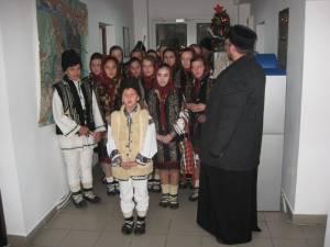 Un grup de elevi de la Liceul Tehnologic Cajvana au colindat ieri redacţia Monitorul de Suceava