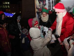 Mii de cadouri pentru copii au fost împărţite la bradul din centrul Sucevei