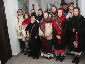 Elevii Şcolii Populare de Arte, cu colindul la redacţia ziarului Monitorul de Suceava