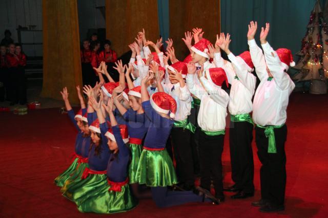 """Spectacolul """"Iarna a nins cu... talente"""" a fost susţinut de elevii din clasele I-VIII, dar şi de cei din clasele pregătitoare"""