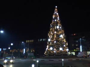 Joi seara au fost aprinse luminile din bradul de Crăciun din Gura Humorului