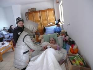 Elevi din Plopeni, în vizită la azilul din Bogdăneşti