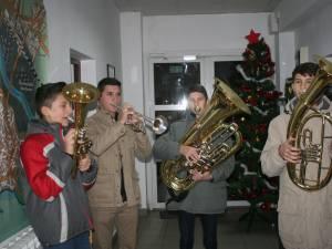 """Patru elevi ai Colegiului de Muzică """"George Enescu"""" Bucureşti au colindat redacţia Monitorului de Suceava"""