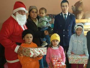 Poliţiştii au fost Moş Crăciun pentru 100 de copii