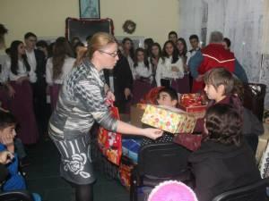 """""""Un Crăciun pentru fiecare"""", acţiune caritabilă iniţiată de elevii şi profesorii Liceului Tehnologic """"Ion Nistor"""" Vicovu de Sus"""