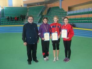 Antrenorul Toader Flămând alături de cele trei sportive pe care le pregătește la LPS Suceava