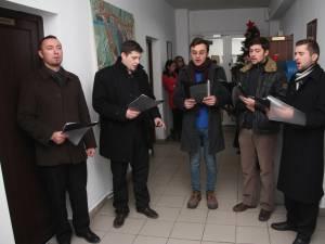 """Colindători din corul Mănăstirii """"Sf. Ioan cel Nou"""", la Monitorul de Suceava"""