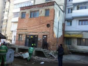 Bucăţi din tencuiala faţadeii blocului s-au desprins peste copertina care s-a prăbuşit chiar la intrarea în bloc