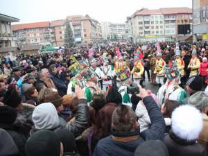 Mii de persoane au venit in centrul Sucevei pentru a participa la spectacolul de datini si obiceiuri