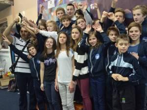 Antrenorul Cezar Moscaliuc alături de sportivi săi de la CSȘ 3 Suceava