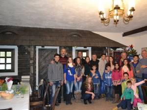 """Membrii Clubului 41 Suceava nr. 6 au adus bucurie de sărbători copiilor de la Centrul de plasament """"Colţ Alb"""""""