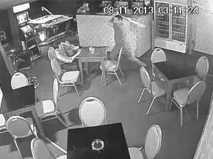 Bărbat bătut crunt într-un bar, cu un par, sub privirile nepăsătoare a trei martori