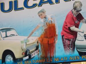 Panoul care face reclamă unei spălătorii auto din cartierul Burdujeni a fost mânjit cu vopsea